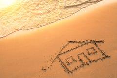 Dom malujący na plażowym piasku Podróż Morze Zdjęcia Stock