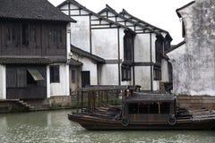 Dom miejski i łodzie Fotografia Royalty Free