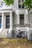 Dom miejski z bicyklem obrazy royalty free
