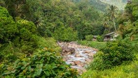 Dom na banku rzeka w Kiriwong zdjęcia stock