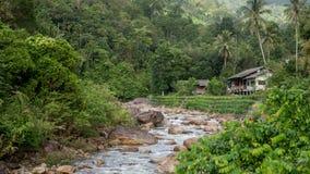 Dom na banku rzeka w Kiriwong obrazy stock