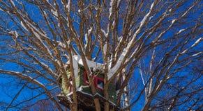 Dom na drzewie w śnieżnym sezonie Obrazy Royalty Free