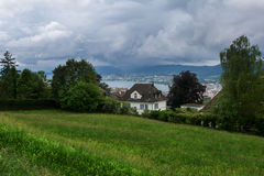 Dom na jeziorze i polu Zdjęcie Royalty Free