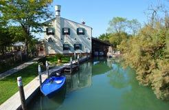 Dom na kanałowym Torcello Wenecja z łodzią Obraz Royalty Free
