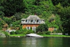 Dom na Rzecznym Thames w Anglia Zdjęcia Stock