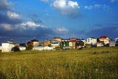 Dom na tle łąki i niebieskie niebo Zdjęcia Stock