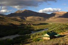dom na wsi krajobrazu gór w pobliżu jeziora Obrazy Royalty Free