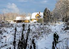 Dom na wsi w śnieżnej zimie Fotografia Royalty Free