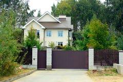 Dom na wsi wśród drzew obrazy stock