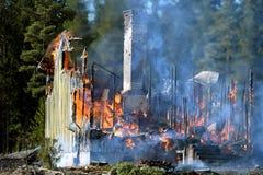 Dom niszczący ogieniem zdjęcie stock