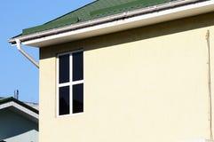 dom nowoczesne mieszkania Komin na dachu Współosiowy Fajczany ogrzewanie dom indywidualny ogrzewanie rynsztok domów deszcz Zdjęcie Stock
