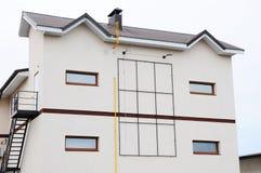 dom nowoczesne mieszkania Komin na dachu Współosiowy Fajczany ogrzewanie dom indywidualny ogrzewanie rynsztok domów deszcz Fotografia Stock