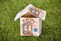 Dom Od Euro pieniądze Na Trawiastej ziemi Fotografia Stock