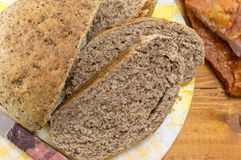 Dom piec brown chleba plasterki na stole Zdjęcia Royalty Free