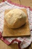 Dom piec chleb na drewnianej desce Obraz Royalty Free