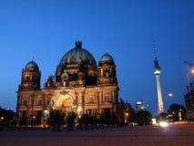 Dom por noche - catedral del berlinés de Berlín Imagenes de archivo
