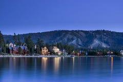 Dom Przez jezioro przy nocą zdjęcia royalty free