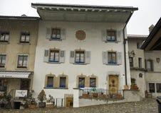 Dom przy Rutą Du Bourg 39 w Gruyeres z dźwigowym żakietem ręki Fotografia Royalty Free