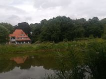 Dom przy stroną przeciwną jezioro zdjęcia royalty free