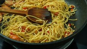 Dom robi spaghetti w niecce Zdjęcia Stock
