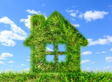 Dom robić zielona trawa na niebieskim niebie Obrazy Stock