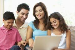 dom rodzinny laptopu siedząca kanapa obrazy royalty free