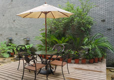 dom tabeli ogrodowe krzesło Zdjęcie Royalty Free