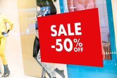 Dom towarowy z sprzedaż rabatem podpisuje wewnątrz sklepowego sprzedaż znaka sprzedaży pojęcie zdjęcia stock