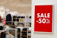 Dom towarowy z sprzedaż rabatem podpisuje wewnątrz sklepowego sprzedaż znaka sprzedaży pojęcie obrazy stock
