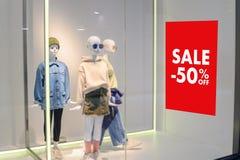 Dom towarowy z sprzedaż rabatem podpisuje wewnątrz sklepowego sprzedaż znaka sprzedaży pojęcie zdjęcia royalty free
