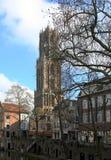 Dom Tower e o canal no centro histórico de Utrecht fotos de stock