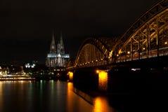 Dom van Keulen bij nacht stock foto