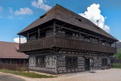 Dom van museumradenov Oud blokhuis met een geschilderd traditioneel patroon royalty-vrije stock fotografie