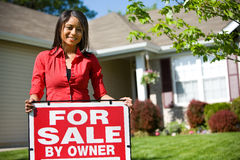 Dom: Właściciel domu Patrzeje Sprzedawać dom Obrazy Royalty Free