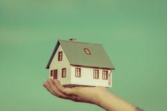 Dom w children rękach Fotografia Stock