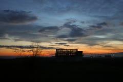Dom w gniciu przeciw mrocznemu niebu podczas błękitnej godziny w środkowym Rumunia, Europa obrazy stock