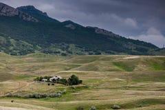 dom w halnej dolinie Obraz Royalty Free
