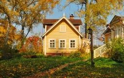 Dom w jesień lesie Zdjęcia Royalty Free