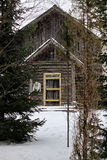 Dom w lasowej zimie Fotografia Stock