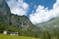 Dom w malowniczych górach Fotografia Royalty Free