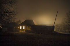 Dom w mgle przy nocą w ogródzie, krajobraz ducha dom w ciemnym lesie Zdjęcia Royalty Free