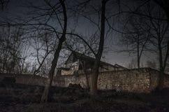 Dom w mgle przy nocą w ogródzie, krajobraz ducha dom w ciemnym lesie Zdjęcia Stock