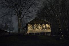 Dom w mgle przy nocą w ogródzie, krajobraz ducha dom w ciemnym lesie Fotografia Royalty Free