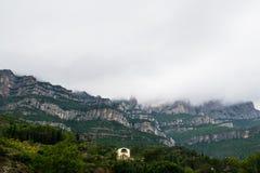 Dom w Montserrat górze, chmury na górach, Hiszpania Zdjęcie Stock