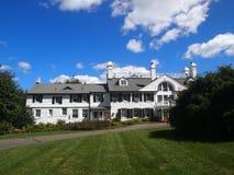 Dom w ogródzie Zdjęcia Royalty Free