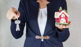 Dom w ręce Klucze w ręce Fotografia Royalty Free