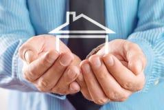 Dom w rękach biznesmen Fotografia Stock