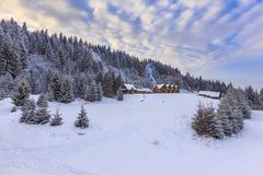 Dom w zim górach Obrazy Stock