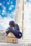Dom w zimie ogrzewania pojęcie i zimna śnieżna pogoda - Zdjęcia Royalty Free