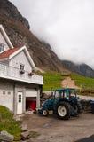 Dom wiejski przy górami Zdjęcia Stock